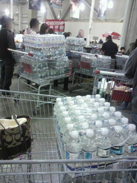 スーパーでは大量の水を買い占め