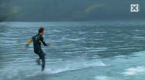 水の上を走る人