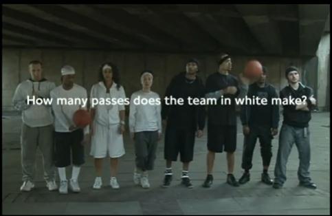 白チームが何回パスしたか?