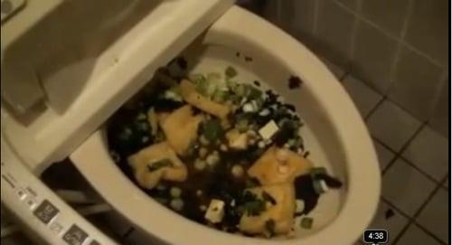 障害者用トイレで味噌汁