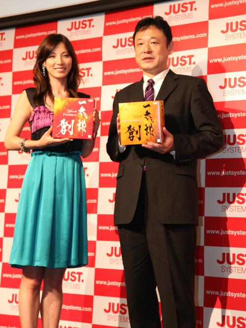 左:加藤あい、右:ジャストシステム代表取締役社長 福良伴昭