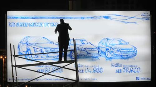 青マジックだけで看板に車のイラストを描く人