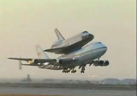 ボーイングの上にシャトルが!