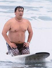 サーフィンの上で正座する山本圭一