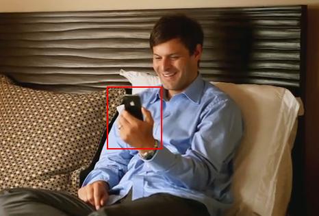 プロモーションビデオでも左手で操作してる