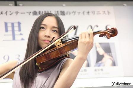 美人すぎるバイオリニスト
