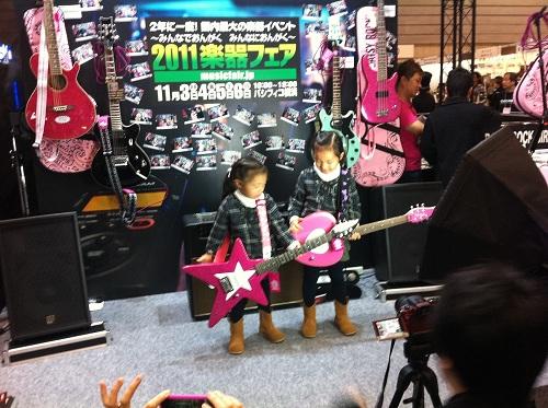 ギターを抱える子供たち