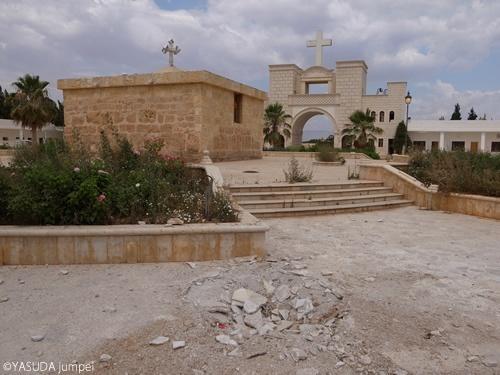 キリスト教の教会敷地内には迫撃砲の着弾跡が残っていた=2012年6月23日