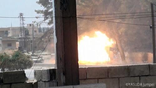 砲撃するシリア政府軍の戦車=2012年7月25日
