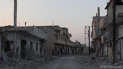 政府軍による空爆と砲撃で廃墟と化した町。床屋はあいていそうもない=2012年7月25日