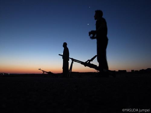 汎用機関銃を備えて明け方まで政府側民兵の動向を見張るシリアの反政府軍=2012年7月17日