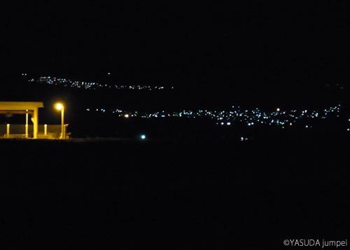 夜中も煌々とあかりが灯っているアラウィ派の村と、手前の真っ暗な空間にあるスンニ派の集落=2012年7月16日