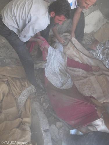 空爆現場から掘り起こされた生き埋めの女性=2012年7月15日