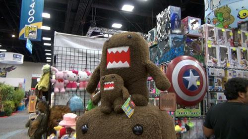 日本のアニメ・キャラクターも多数見受けられドーモ君は人気が高い