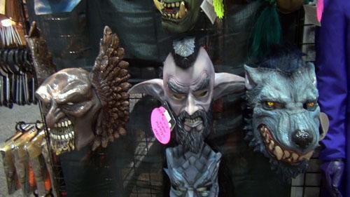 特殊メイクのようなマスクなども販売される