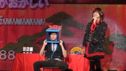 百花繚乱さんは女装で手品を行う「オカマジック」も披露