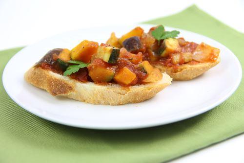 『かけるトマト』でラタトゥイユをフランスパンに載せて