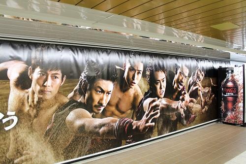巨大EXILEが手を伸ばして求めるものは? 新宿に『コカ・コーラ ゼロ』のインタラクティブ自販機が登場