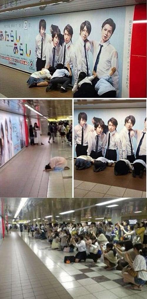 新宿駅の嵐のポスターに土下座