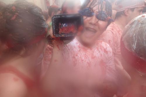 ひげさんのカメラもトマトまみれ