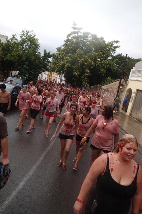 祭りが終わり真っ赤なトマトゾンビのできあがり