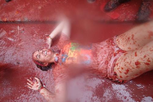 トマトの海に浸る美女