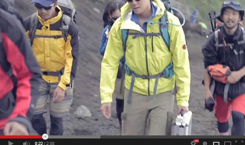 富士登山でご来光の感動的な動画 でも持ち歩いているアレが気になって集中できない