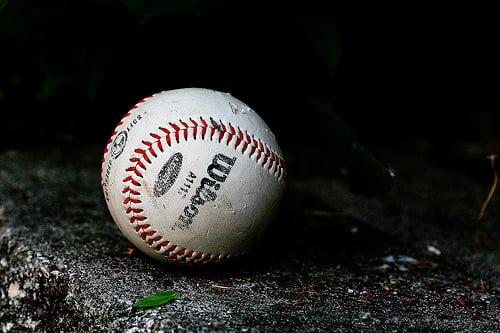 硬球を投げつけ…