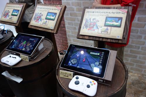 【CEATEC2013】ドコモとスクエニがスマホとタブレットで遊べるクラウド版『ドラクエ X』発表 メタルスライムスマホと一緒にブースでプレイアブル出展