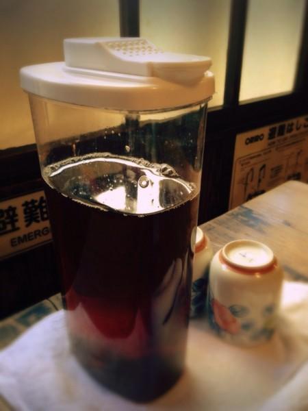 テーブルの麦茶