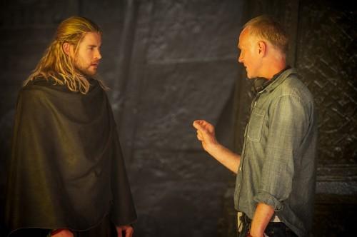 『マイティ・ソー/ダーク・ワールド』左からクリス・ヘムズワース、アラン・テイラー監督