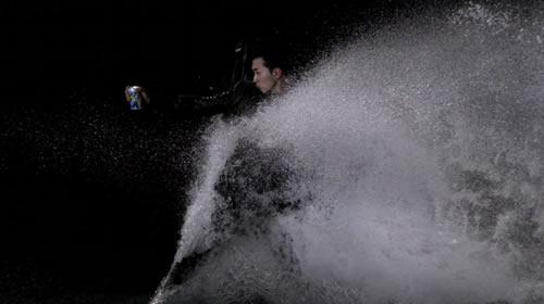 スタイリッシュな映像の裏側はまるで罰ゲーム? 『キリン氷結ストロング』新CMは松田翔太の体を張った演技とアナログな撮影手法に注目