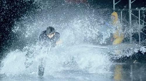 何度も水をかぶる松田さん