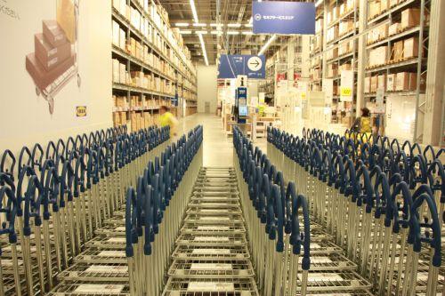 IKEAトローリーが並んでいるところ