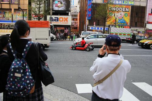 通行人から撮影される筆者