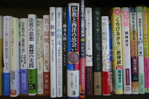 京都・二条寺町『三月書房』の本棚より
