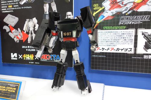 【東京おもちゃショー2014】メガドライブがメガトロンに? ゲーム機と『トランスフォーマー』コラボの試作品を出展
