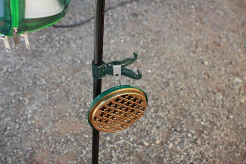 コンビニハンガーに、蚊取り線香入れをひっかける