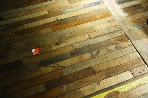 体育館の床材をリサイクル