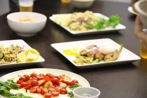 机に並んだ料理