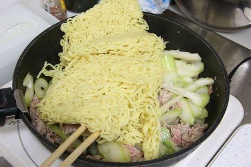 中華蒸し麺を加えます