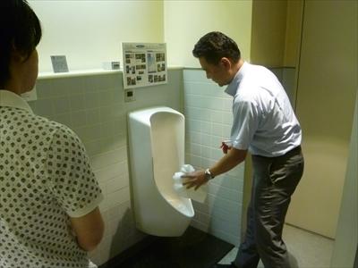 上大岡駅バスターミナルにある水が流れない男性用「無水トイレ」って一体何?