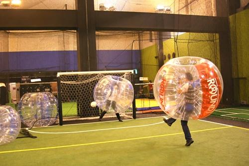 自分がボールかボールが自分か?話題のオモシロスポーツ『バブルサッカー』を『スポッチャ』で体験