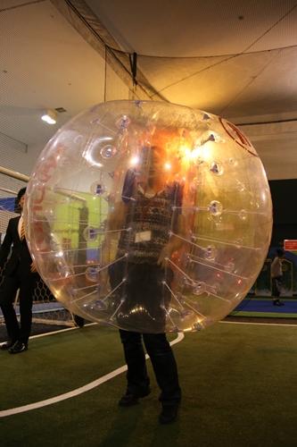 """自分がボールかボールが自分か? 話題のオモシロスポーツ『バブルサッカー』を""""スポッチャ""""で体験"""