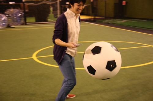テスト用の大きなサッカーボールで遊ぶ澤田氏