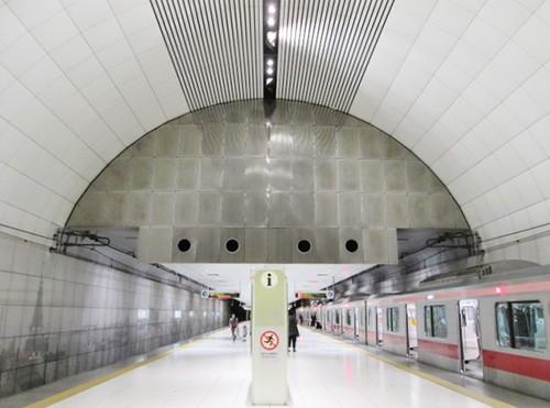 ちょっと凝ったつくりの元町・中華街駅ホームは誰が作った? そして高すぎる  天井の電球はどうやって交換しているのか、徹底調査!