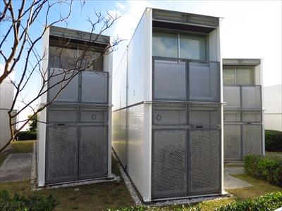 横浜ベイサイドマリーナ近く、不規則にならぶ謎の白い建物の正体は?