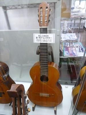 全国各地で無数に見かける「新堀ギター」の看板の正体は?