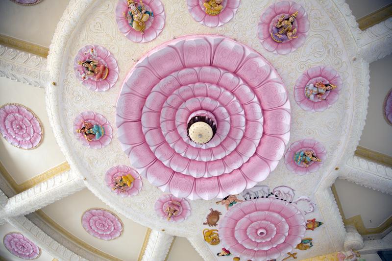 瞑想ホールの天井は豪華絢爛だ