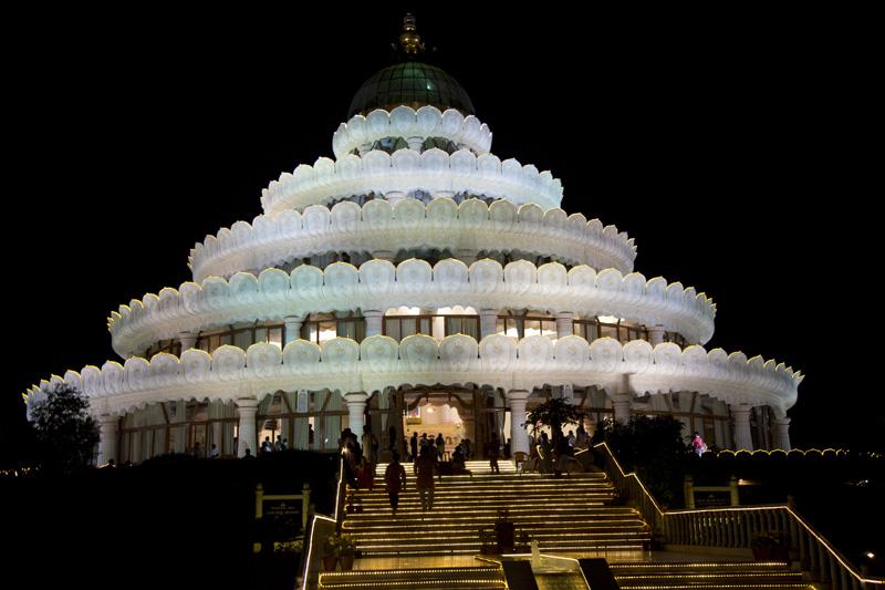 夜の瞑想ホールはライトアップされる